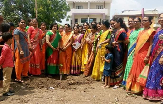 Vatsavitri Purnima celebrated by planting a tree | वडाचे झाड लावून साजरी केली वटसावित्री पौर्णिमा