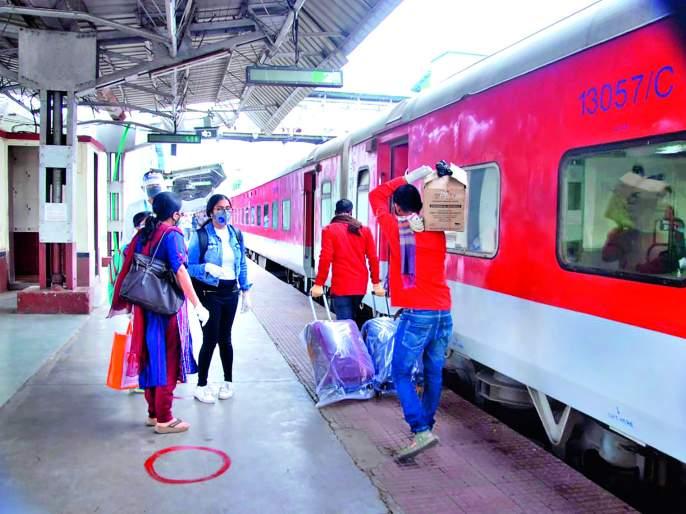 Three workers ran the train | तीन श्रमिक रेल्वे धावल्या