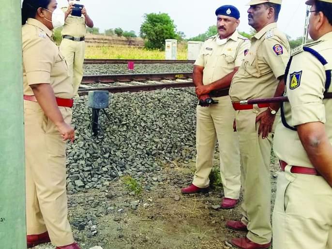 Cut the signal wire and entered the train; Gold was looted by beating women | सिग्नलची वायर कट करून रेल्वेत घुसले;महिलांना मारहाण करून सोने लुटले