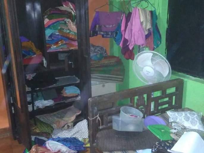 Thieves broke into a closet by removing the keys of a closed house | बंद घराची कौले काढून चोरांनी कपाट फोडले
