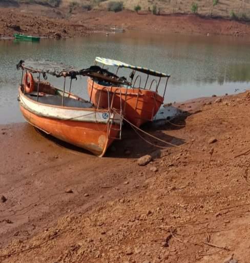 CoronaVirus Lockdown: Owners removed their boats on the ground | CoronaVirus Lockdown : बामणोलीत मालकांनी आपापल्या बोटी जमिनीवर काढल्या