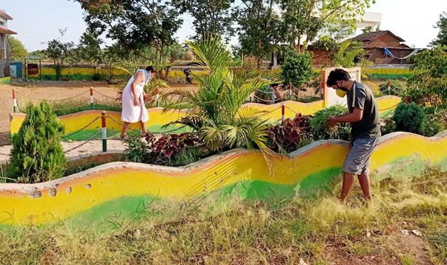 In Gondia district, the youth went to school during the quarantine period | गोंदिया जिल्ह्यात क्वारंटाईन काळात युवकांनी शाळा केली चकाचक