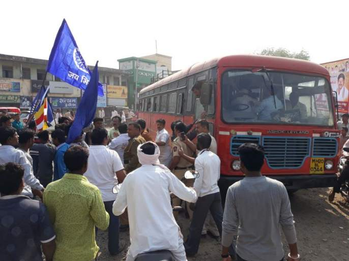 Bhima Koregaon Violence: Stop the route at Jamnar and Parola while blocking ST at Chalisgaon, Amalner | भीमा कोरेगाव हिंसाचार : जामनेर व पारोळा येथे रास्ता रोको तर चाळीसगाव, अमळनेर येथे एस.टी.वर दगडफेक