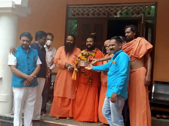 Mahant Girijanand Saraswati left for Ayodhya | महंत गिरिजानंद सरस्वती अयोध्येस रवाना