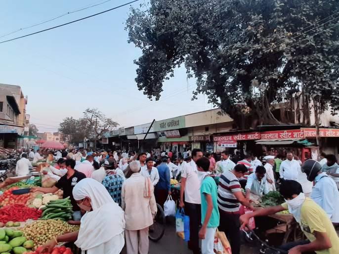 Market full by defying Collector's order! | जिल्हाधिकाऱ्यांचा आदेश डावलून बाजार फुल्ल!