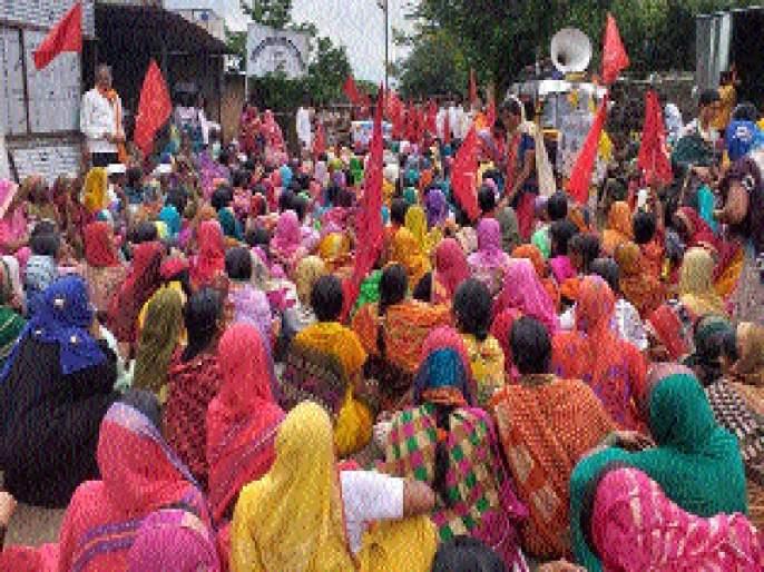 Deshdoot women workers face a tahsil in Dharur | धारूरमध्ये ऊसतोड महिला कामगारांचा तहसीलवर मोर्चा