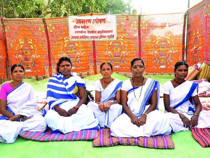 Akola: The incessant fasting of the cell service in 'All-Aadhaar'   अकोला : 'सर्वोपचार'मधील कक्ष सेविकांचे बेमुदत उपोषण दुसऱ्या दिवशीही सुरुच
