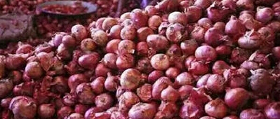 Potatoes rise due to rains ... Onions fell due to export closure   पावसामुळे बटाटा तेजीत... निर्यात बंदमुळे कांदा घसरला