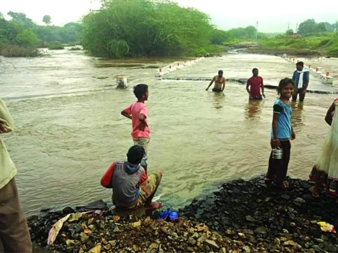 Contact of five villages broken by the floods of Dnyanganga | ज्ञानगंगेच्या पूराने तुटला पाच गावांचा संपर्क