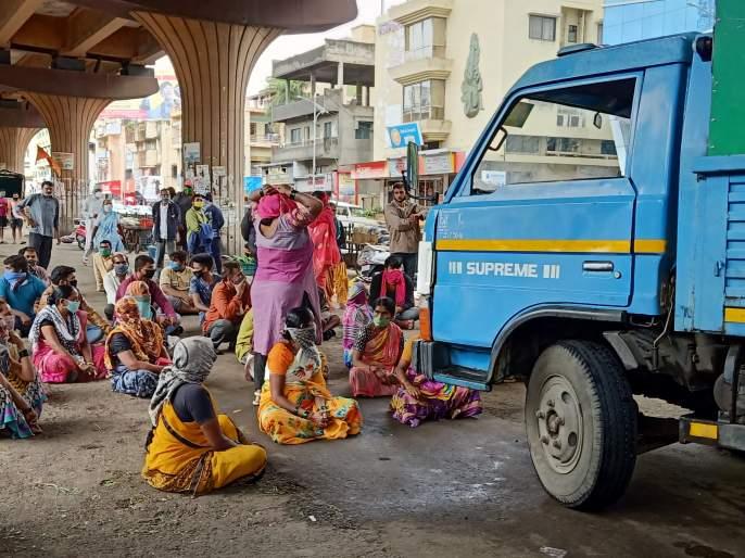 Vehicle vendors stand in front of the vehicle | भाजीविक्रेत्यांचे वाहनापुढे ठाण