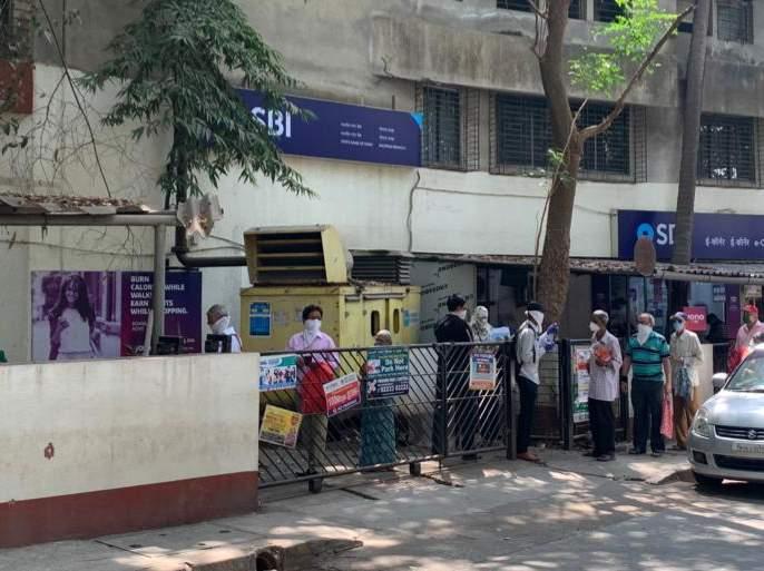 The long queues of others, including the seniors, outside the city banks | शहरातील बँका बाहेर जेष्ठांसह इतरांच्या लांबच लांब रांगा