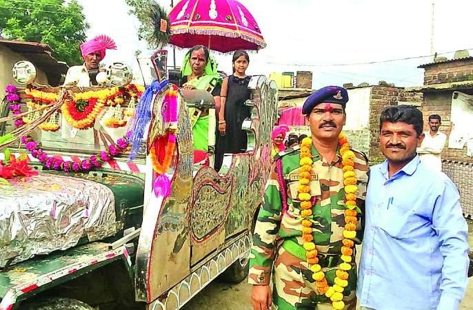Retired soldier processin in Villege in washim district   विळेगावात निवृत्त सैनिकाची वाजतगाजत मिरवणूक