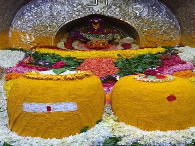 Celebrating Ganpuja festival in Jejuri Kade pathar temple | जेजुरी कडेपठार येथे साकारली दोन टन भंडाऱ्यात खंडेरायाची गणपूजा