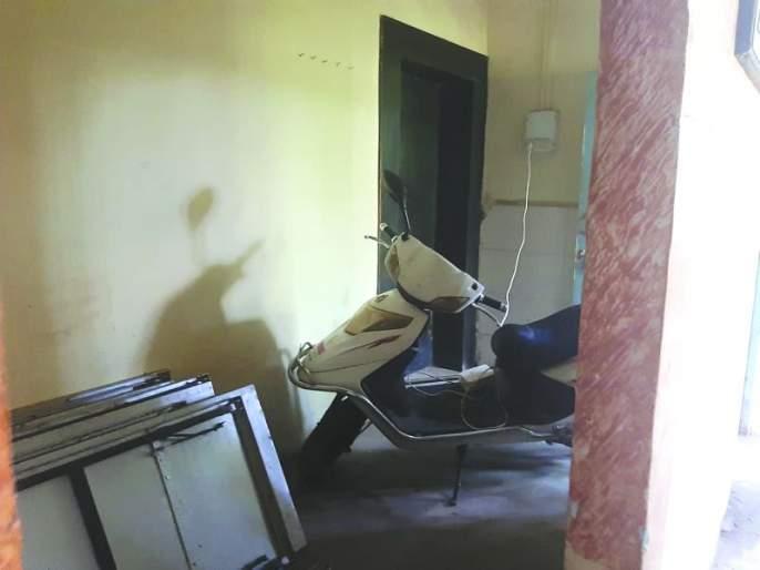 Electric vehicles were charging in the office | इलेक्ट्रीक वाहनांचे कार्यालयातच होते चार्जिंग