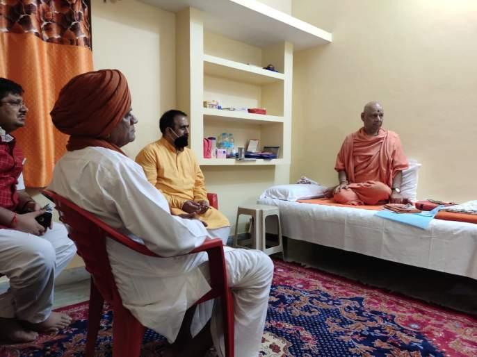 Bhaskargiri Maharaj inspects trust workshop at Ayodhya, hands over 52 forts in the state   अयोध्या येथील न्यास कार्यशाळेची भास्करगिरी महाराज यांनी केली पाहणी, राज्यातील ५२ किल्ल्याची माती केली सुपूर्द