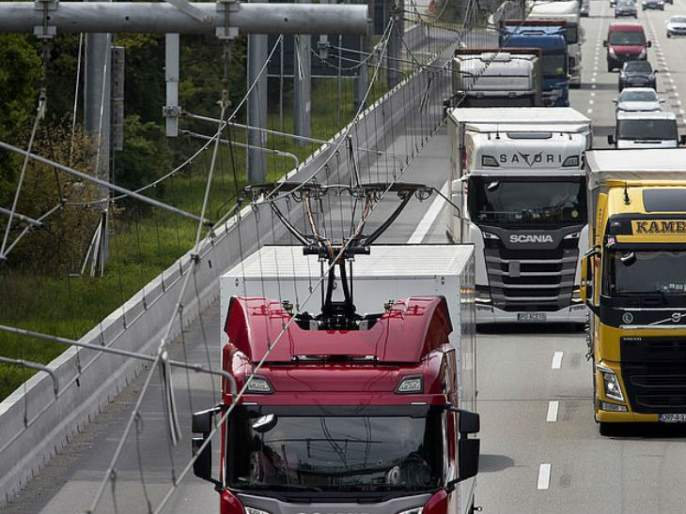 Surprisingly, Truck running on e-highway in Germany; Curiosity of Mumbai-Delhi route | आश्चर्य...ई-हायवेवर धावू लागले ट्रक; मुंबई-दिल्ली मार्गाची उत्सुकता