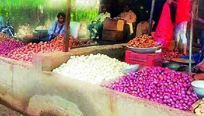 Water brought into the eyes of housewives by onion | कांद्याने आणले गृहिणींच्या डोळ्यात पाणी