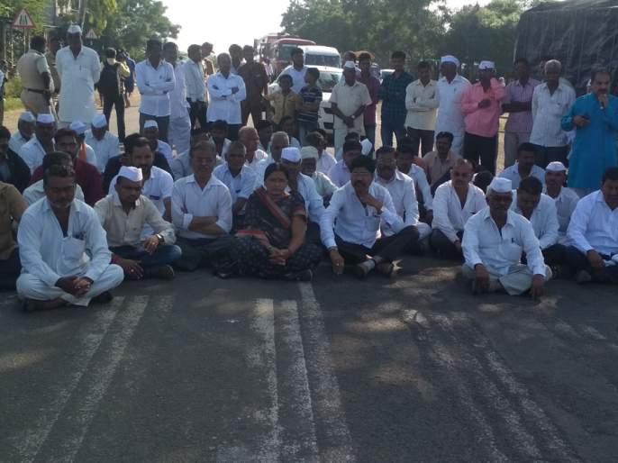 Stop the road to demand compensation | नुकसान भरपाईच्या मागणीसाठी रास्ता रोको