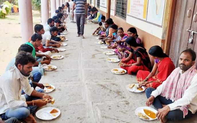 Teeth tradition of Tembhurnikar; Daily food subsidy to 4 regional laborers   coronavirus; टेंभुर्णीकरांमध्ये दातृत्वाची परंपरा; ८४ परप्रांतीय मजुरांना रोज अन्नदान