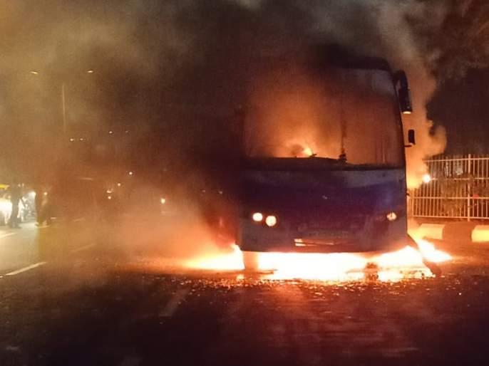 Private passenger bus catches fire in Thane: 21 passengers rescued safely | ठाण्यात खासगी प्रवासी बसला अचानक आग: २१ प्रवासी सुखरुप बचावले