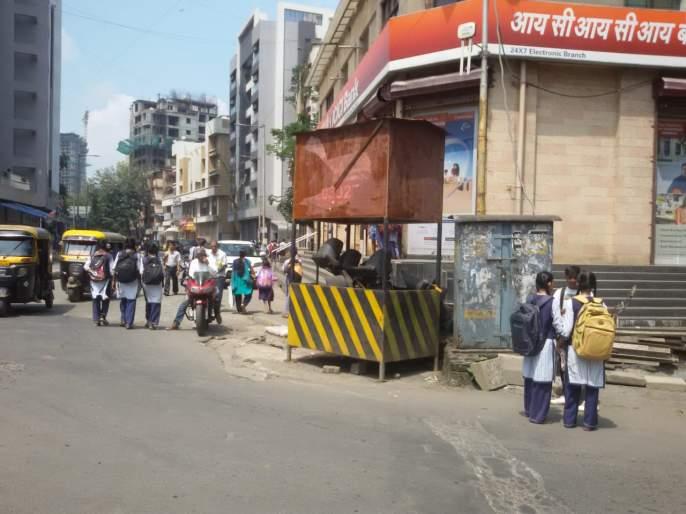 Obstacles in traffic police checkpoints on obstructed roads   वाहतुकीस अडथळा ठरणाऱ्यारस्त्यांवरील वाहतूक पोलीस चौक्यांमध्ये अडगळीचे सामान