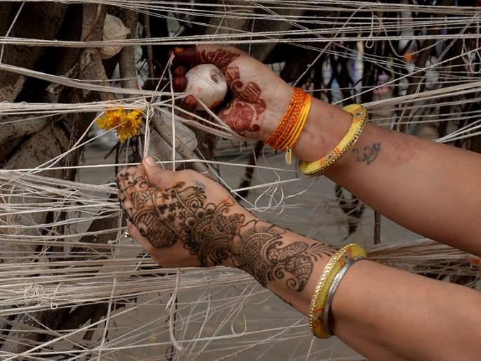 Vatpoornima was celebrated by women following physical distinctions | फिजिकल डिस्टंसिंगचे पालन करीत महिलांनी साजरी केली वटपौर्णिमा
