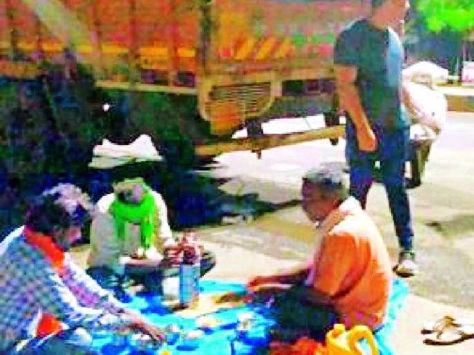 Collectors make arrangements for a truck driver's meal   जिल्हाधिकाऱ्यांनी केली ट्रक चालकांच्या भोजनाची व्यवस्था