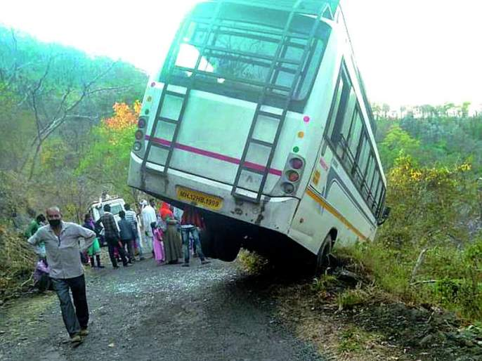 The bus crashed on the Akot-Dharani route | अकोट-धारणी मार्गावर बस कलंडली