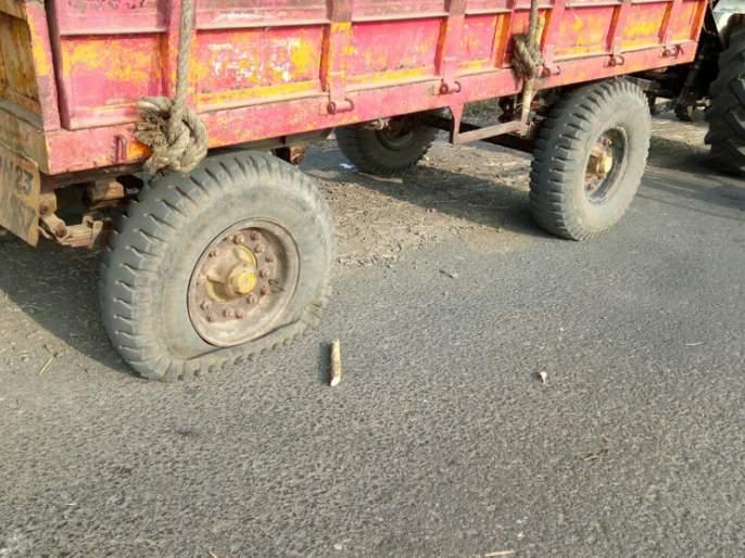 Vehicles left to transport sugarcane in Majalgaon taluka should leave the vehicles   माजलगाव तालुक्यात ऊस वाहतूक करणा-या वाहनांची सोडली हवा