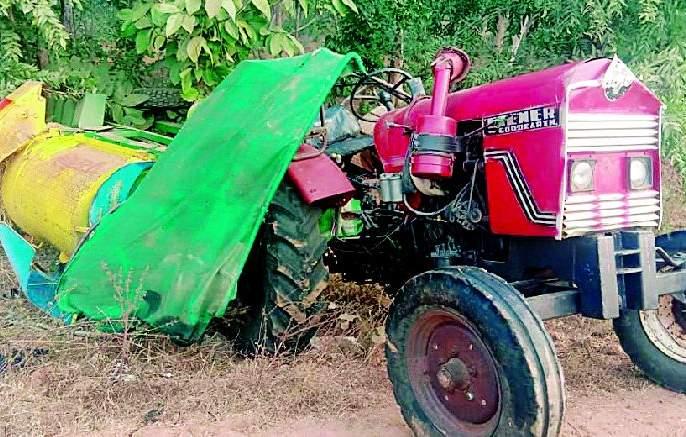 Truck carrying tractor collapses | भरधाव ट्रकची ट्रॅक्टरला धडक