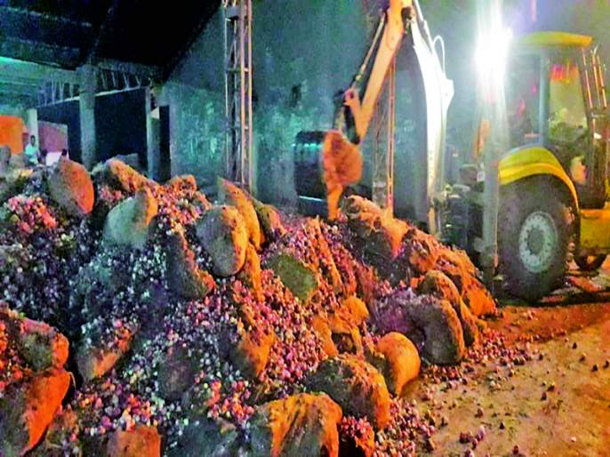 Swamp and odor fill the Adat Bazaar in Solapur | दलदल अन् दुर्गंधीतच भरतो सोलापुरातील अडत बाजार