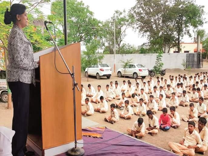 Students should be able to meet the challenges: Kavita Natande   विद्यार्थ्यांनी आव्हाने पेलण्यासाठी सक्षम व्हावे : कविता नावंदे
