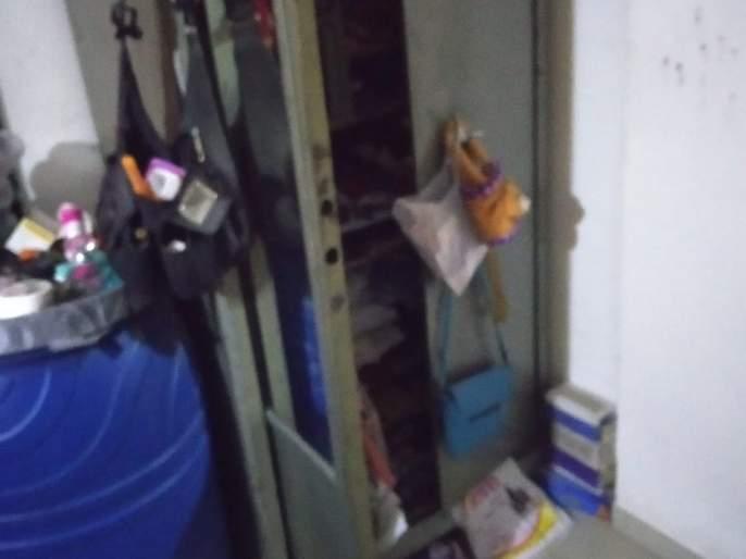 Day robbery at Ozar; Lump instead of all the lacquer   ओझर येथे दिवसा घरफोडी; सव्वा लाखाचा ऐवज लंपास