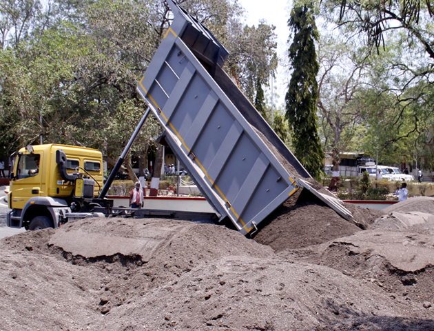 Replacement of Beed Collector and illegal sand play begins | बीडच्या जिल्हाधिकाऱ्यांची बदली अन् अवैध वाळूचा खेळ सुरू