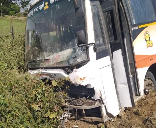 Shivshahi bus hit the bullock cart when the wheel burst | चाक फुटल्याने शिवशाही बस उभ्या बैलगाडीवर आदळली