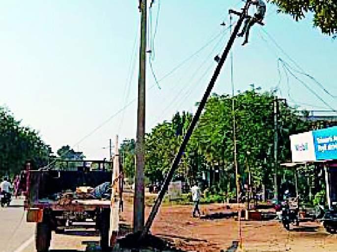Blockade of power poles in road widening   रस्ता रुंदीकरणात वीज खांबांचा अडथळा