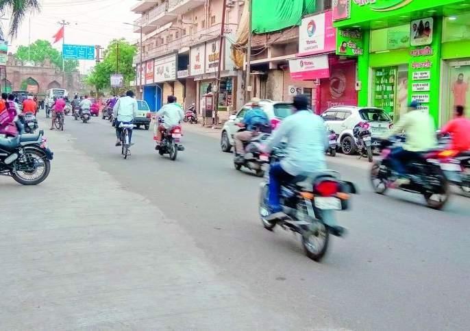 Samsum in the market, but in the streets! | बाजारात सामसूम, मात्र रस्त्यावर धामधूम !