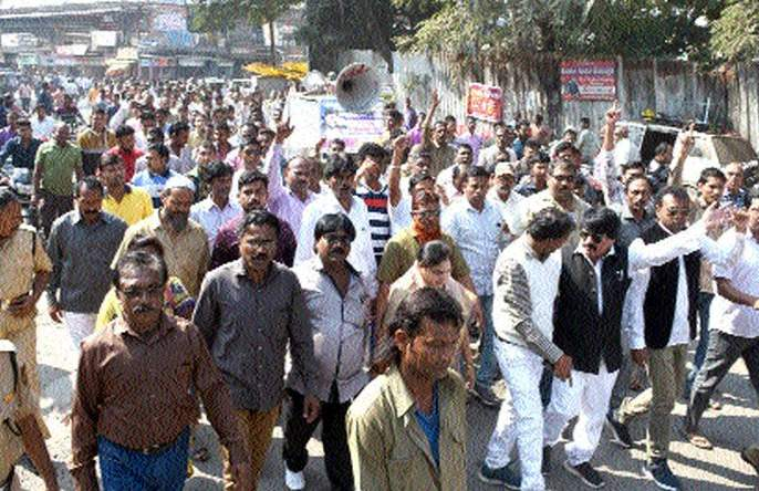 Rickshaw drivers' march at Bhusawal   भुसावळ येथे रिक्षा चालकांचा मोर्चा