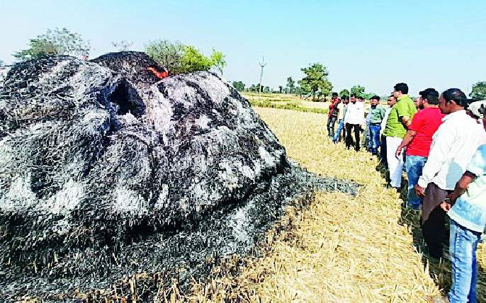 Paddy burnt at Kotjambura | कोटजांभूरा येथे धानाचे पुंजणे जाळले