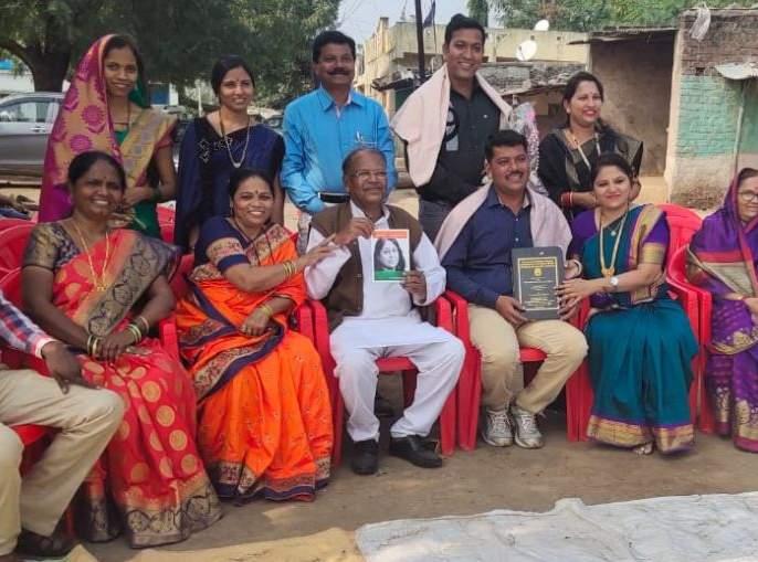 The villagers honored the 'Bhumiputra', who is going to university to be beaten. | पायपीट करुन विद्यापीठ गाठत विद्यावाचस्पती बनलेल्या 'भूमिपुत्राचा' ग्रामस्थांनी केला गौरव