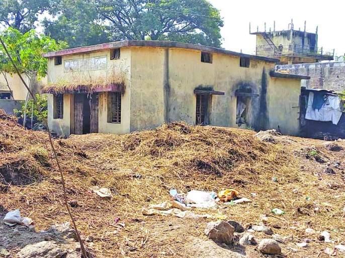 Despite spending billions of rupees, social houses were eating dust | कोट्यवधी रुपये खर्चूनहीसामाजिक सभागृहे धूळ खात