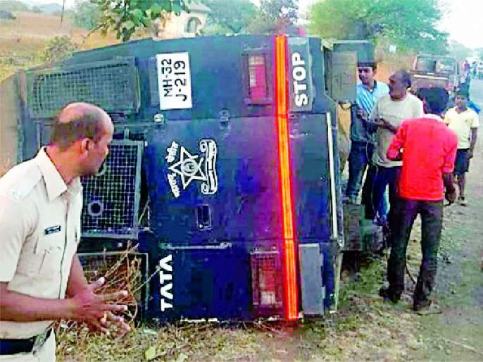 Accident on a police vehicle | पोलीस वाहनास अपघात
