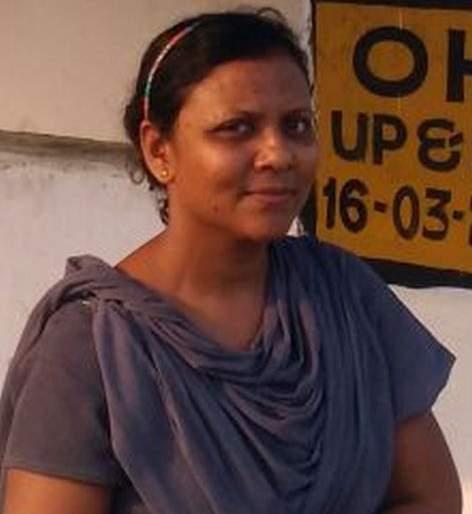 No gateman at railway gate in Chandrapur, there is Gatewoman!   चंद्रपुरात रेल्वे गेटमॅन नव्हे, गेटवुमन !