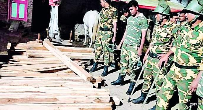 Sagwan slaps police squad | सागवान तस्करांचा पोलीस पथकावर हल्ला