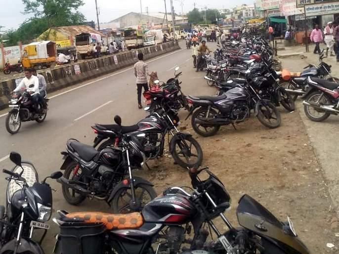 Parbhani: Difficulty due to lack of parking system   परभणी: पार्किंग व्यवस्था नसल्याने अडचण