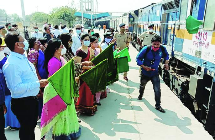 Possession of Udyan Express in the hands of women; Locopilot, guard, station master, trackman are also women   उद्यान एक्स्प्रेसचा ताबा महिलांच्या हाती;लोकोपायलट, गार्ड, स्टेशन मास्तर, ट्रॅकमॅनही महिलाच
