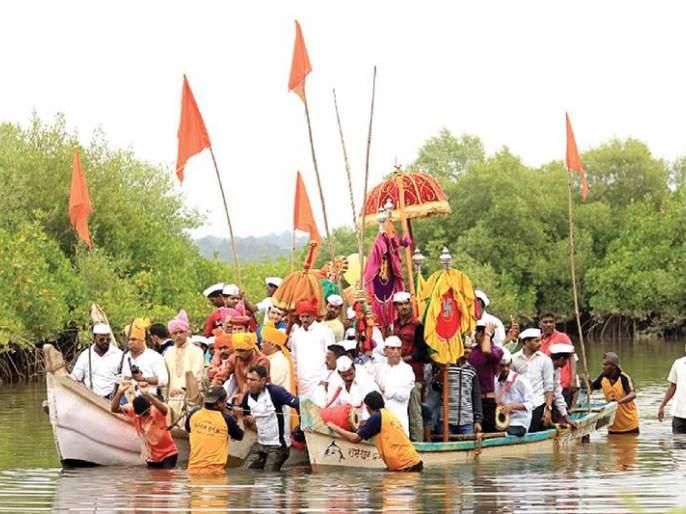 Sindhudurg: Rameshwar's dalapaswari in the ranch proceeded on the Jummul Island   सिंधुदुर्ग :आचऱ्यातील रामेश्वराची डाळपस्वारी जामडुल बेटावर रवाना