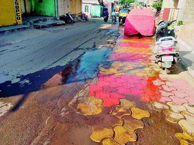 Leakage of waterway in Malegaon Camp   मालेगाव कॅम्पातील जलवाहिनीला गळती
