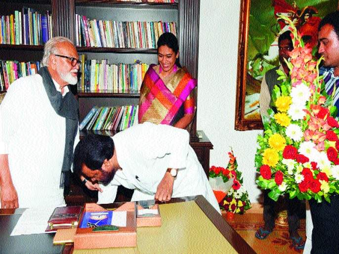 Bhujbal's visit to BJP's Vasant Gitan   भुजबळ यांची भाजपच्या वसंत गितेंनी घेतली भेट