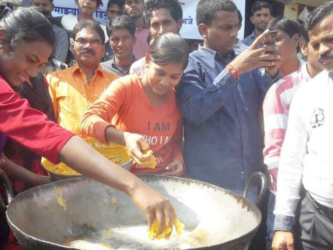Pakoda movement of young people in Chandrapur; Dissatisfaction with recruitment of police   चंद्रपुरातील तरुणतरुणींचे पकोडा आंदोलन; पोलीस भरतीतील जागांबाबत असंतोष
